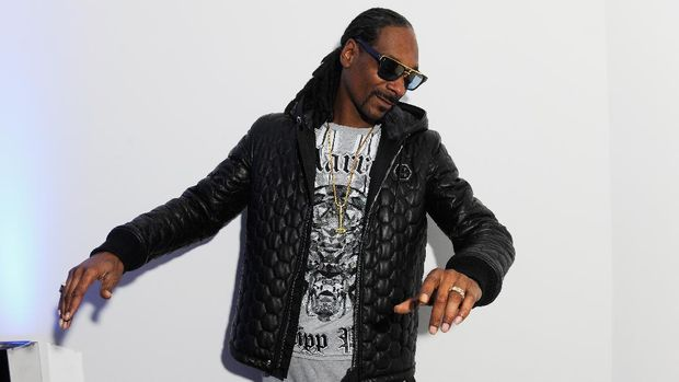 MILAN, ITALY - JANUARY 17:  Snoop Dogg poses in the backstage of the Philipp Plein Show as a part of Milan Menswear Fashion Week Fall Winter 2015/2016 on January 17, 2015 in Milan, Italy.  (Photo by Matteo Valle/Getty Images)