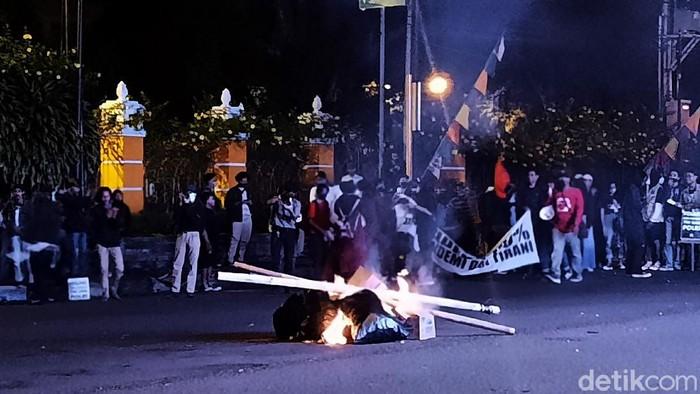 Massa aksi Gejayan Memanggil blokir jalan simpang tiga UIN Sunan Kalijaga Yogyakarta. Hingga petang ini, massa aksi tampak masih bertahan di simpang tiga UIN.