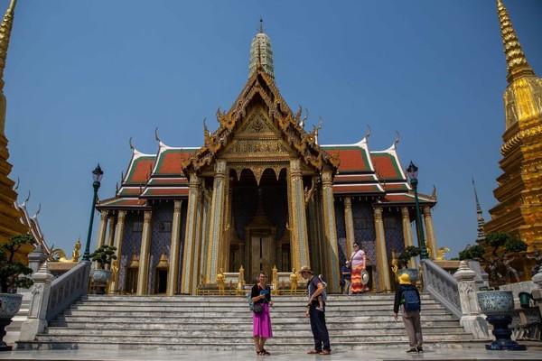 Bangunan ikonik di Bangkok. Negara Thailand belum mau menyambut turis sementara ini meski ada wacana kelonggaran di destinasi wisatanya, seperti Phuket (Foto: Getty Images/Paula Bronstein)