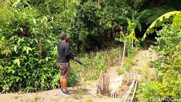 Warga memburu monyet liar yang menyerang balita di Desa Malahayu, Brebes