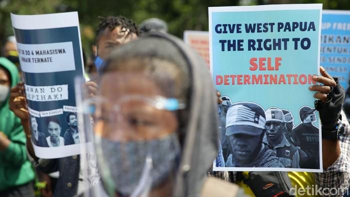 Massa yang tergabung dalam Front Rakyat Indonesia untuk WestvPapua (FRI_WP) dan Aliansi Mahasiswa Papua (AMP) melakukan aksi unjuk rasa di depan kedutaan besar amerika Serikat di Jakarta, Sabtu (15/8/ 2020). Aksi tersebut dilakukan untuk memperingati penandatanganan perjanjian New York (New York Agreement) antara Indonesia dan Belanda yang melibatkan Amerika Serikat.