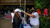 Seorang turis Thailand diperiksa suhu tubuhnya saat masuk ke Maesa Elephant Camp di Chiang Mai, Thailand.