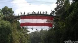 Atlit Panjat Tebing Bentangkan Kain Merah Putih Raksasa di Pekalongan