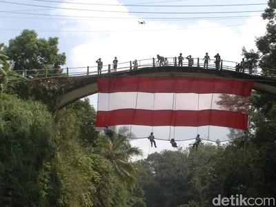 Detik-detik Sang Merah Putih Raksasa Terbentang di Jembatan Bersejarah