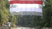 Pembentangan kain merah putih di Jembatan Lengkung Lolong tersebut untuk mengingatkan kembali para pahlawan yang telah gugur untuk meraih kemerdekaan. (Robby Bernardi/detikcom)