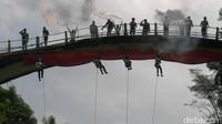 Jembatan ini dibuat sekitar tahun 1921 dengan panjang 40 meter dan lebar 3 meter. Jembatan ini mempunyai sejarah panjang dan kelam saat penjajah Belanda. Bagaimana tidak, jembatan yang dibangun Belanda ini dibangun dengan menggunakan tenaga paksa warga sekitar. (Robby Bernardi/detikcom)