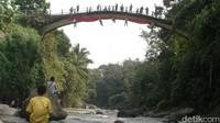 Jembatan Lengkung Lolong merupakan jembatan peninggalan penjajah belanda dengan ketinggian sekitar 25 meter, yang sampai saat ini masih digunakan warga setempat. (Robby Bernardi/detikcom)