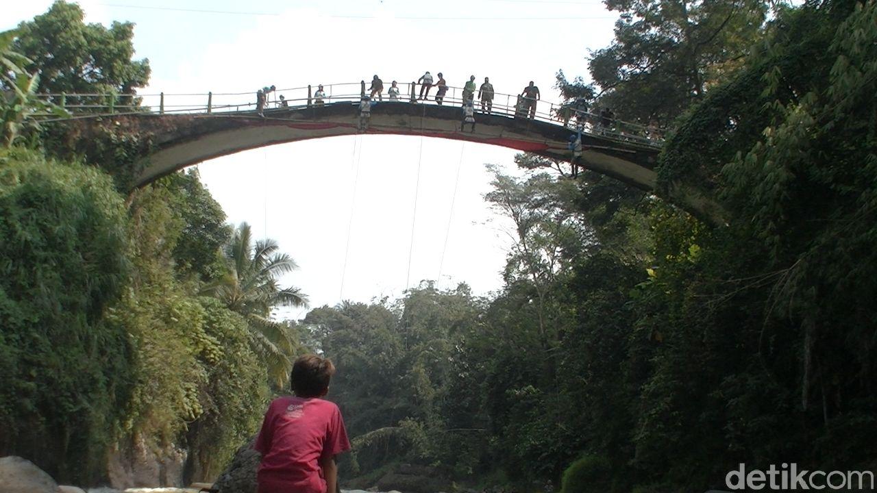 Atlit Panjat Tebing, Bentangkan Kain Merah Putih Raksasa DI Jembatan Lolong