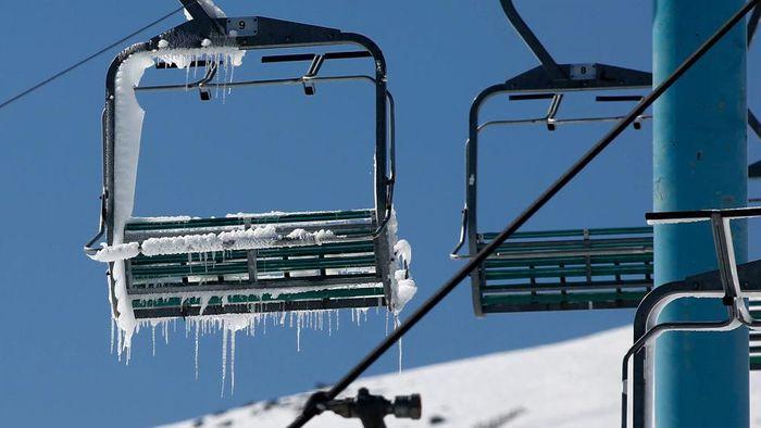 Salah satu resor ski terbaik di Chili masih ditutup akibat penguncian pandemi COVID-19. Warga akhirnya harus melewatkan musim dingin terbaik untuk olahraga ski.