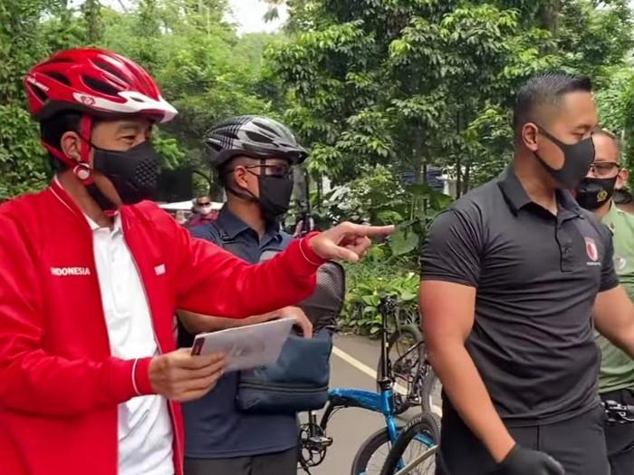Presiden Jokowi bagi-bagi masker di Kebun Raya Bogor.