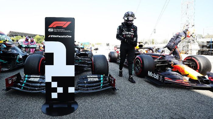 BARCELONA, SPAIN - AUGUST 15: Pole position qualifier Lewis Hamilton of Great Britain and Mercedes GP in parc ferme during qualifying for the F1 Grand Prix of Spain at Circuit de Barcelona-Catalunya on August 15, 2020 in Barcelona, Spain. (Photo by Albert Gea/Pool via Getty Images)