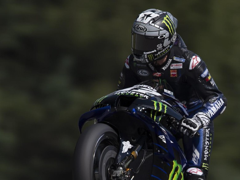 BRNO, CZECH REPUBLIC - AUGUST 07: Maverick Vinales of Spain and Monster Energy Yamaha MotoGP Team  lifts the front wheel during the MotoGP Of Czech Republic - Free Practice at Brno Circuit on August 07, 2020 in Brno, Czech Republic. (Photo by Mirco Lazzari gp/Getty Images)