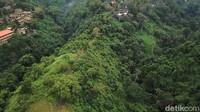 Dari kejauhan kita dapat melihat hamparan pohon serta hotel dan villa di tebing-tebing yang tinggi.