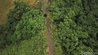 Bukit ini juga diapit oleh 2 anak sungai, sehingga tercipta lembah dengan rerimbunan pepohonan.