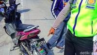 Pelat-pelat Nomor Kendaraan Nyeleneh di Garut: Kamu Jelek Sampai Males Kredit