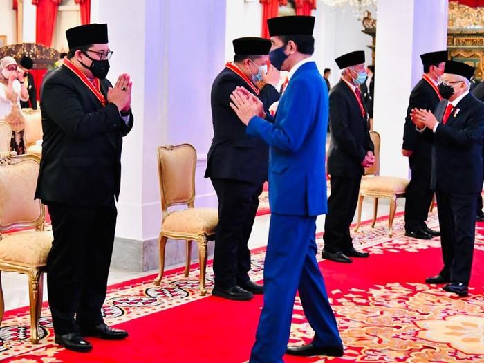 Elite Gerindra Fadli Zon seusai menerima bintang tanda jasa dari Presiden Jokowi.