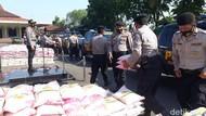 10 Ton Beras Kapolri Dibagikan ke Warga Terdampak COVID-19 di Pasuruan
