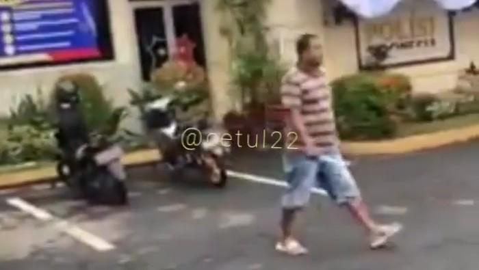 pria bawa parang di polres jember