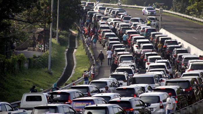 Kepadatan kendaraan menuju jalur wisata Puncak, Gadog, Kabupaten Bogor, Jawa Barat, Sabtu (15/8/2020). Tingginya volume kendaraan menuju kawasan wisata Puncak Bogor pada libur akhir pekan dan libur hari kemerdekaan membuat penumpukan dan kepadatan di kawasan tersebut, Sat Lantas Polres Bogor memberlakukan rekayasa lalu lintas buka tutup jalan satu arah serta pemberlakuan sistem lawan arus (contraflow) untuk mengurai kepadatan kendaraan. ANTARA FOTO/Yulius Satria Wijaya/hp.
