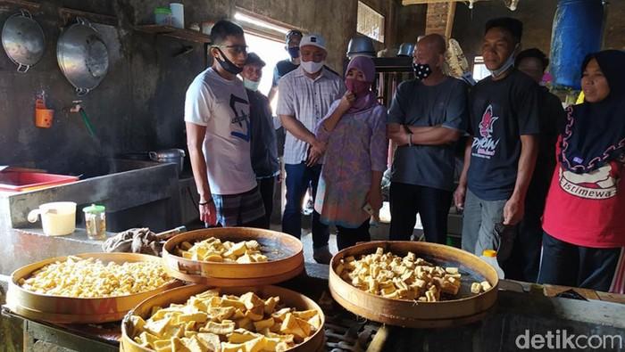 Pengusaha nasional, Sandiaga Uno meninjau proses pembuatan tahu di Dusun Sawahan, Grabag, Grabag, Magelang, Jateng, Sabtu (15/8/2020). Sandi mengatakan, keberadaan UMKM sangat berpengaruh kepada perekonomian nasional.