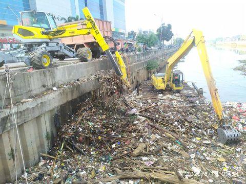 UPK Badan Air angkut 121 ton sampah di kali BKB Season City Jakbar (dok. UPK Badan Air)