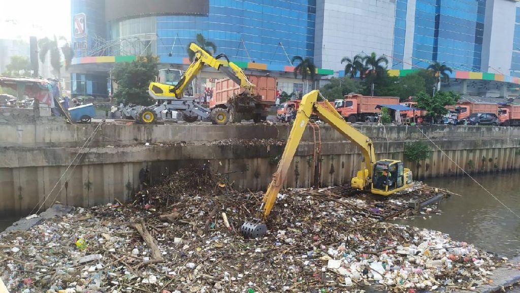 Jakarta Banjir, Dinas LH DKI Angkut 707,46 Ton Sampah dari Kali