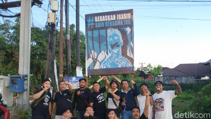 Baliho bertuliskan bebaskan Jerinx SID mulai berteberan di sejumlah ruas jalan di Kota Denpasar, Bali (Angga Riza-detikcom).