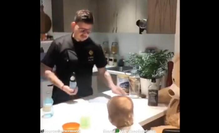 bartender buatkan susu untuk bayi