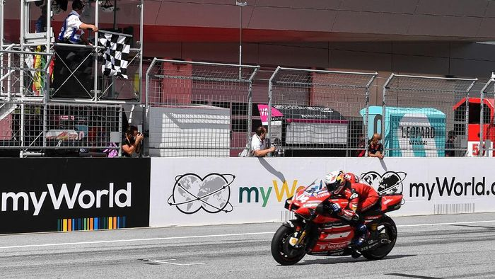 Ducatis Italian rider Andrea Dovizioso rides his bike to win the Moto GP Austrian Grand Prix at the Red Bull Ring circuit in Spielberg, Austria on August 16, 2020. (Photo by JOE KLAMAR / AFP)