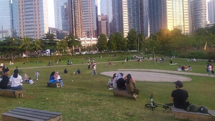 Hutan Kota GBK ramai didatangi warga untuk piknik.