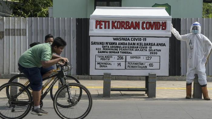 Replika peti mati terlihat di kawasan Kemang, Jakarta. Keberadaan replika peti mati tersebut untuk mengingatkan warga akan bahaya COVID-19.
