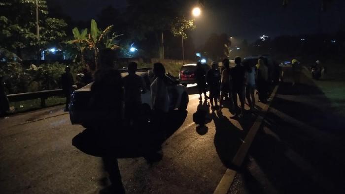 Kondisi kendaraan saat tertahan di pintu tol Ciawi karena lalu linta Puncak Bogor ditutup.