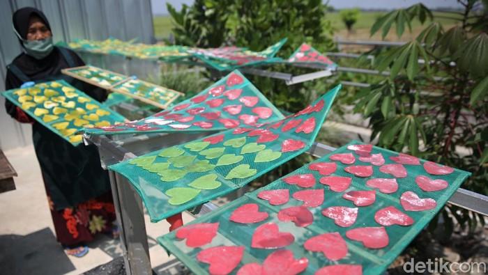 Kelompok wanita tani Kenanga  memproduksi kerupuk pelangi di kawasan Karawang. UMKM binaan Pertamina ini mampu produksi 100 bungkus kerupuk dalam satu hari.