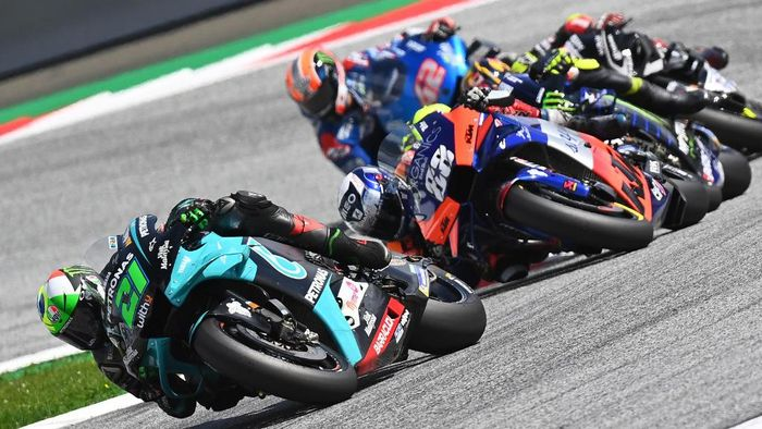 Petronas Yamaha SRT Italian rider Franco Morbidelli (L) and Red Bull KTM Tech 3s Portuguese rider Miguel Oliveira compete during the Moto GP Austrian Grand Prix at the Red Bull Ring circuit in Spielberg, Austria on August 16, 2020. (Photo by Joe Klamar / AFP)