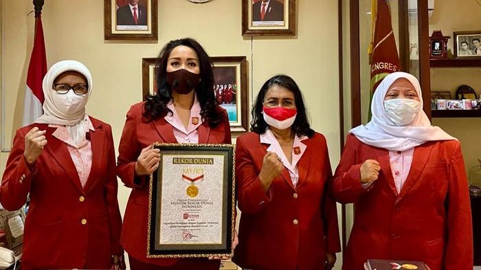 Kongres Wanita Indonesia (Kowani) raih penghargaan dari Muri. Penghargaan diberikan kepada Kowani atas kiprahnya memberbadayakan perempuan selama masa pandemi.