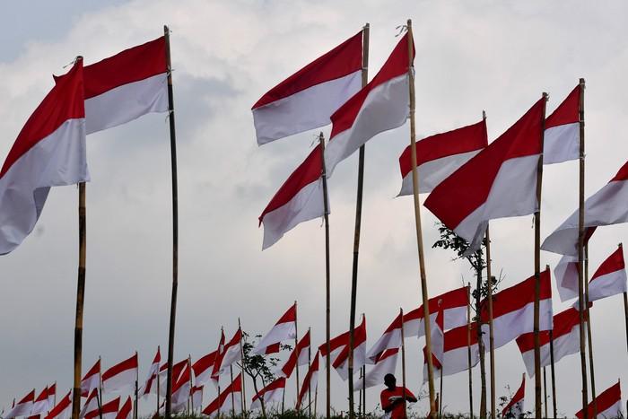 Ribuan bendera Merah Putih dipasang di kawasan objek wisata Poetoek Suko, Trawas, Mojokerto. Pengibaran ribuan bendera itu dalam rangka memeriahkan HUT RI ke-75