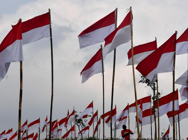 Seorang warga sedang memasang bendera Merah Putih di Poetoek Suko, Trawas, Mojokerto, Jawa Timur.