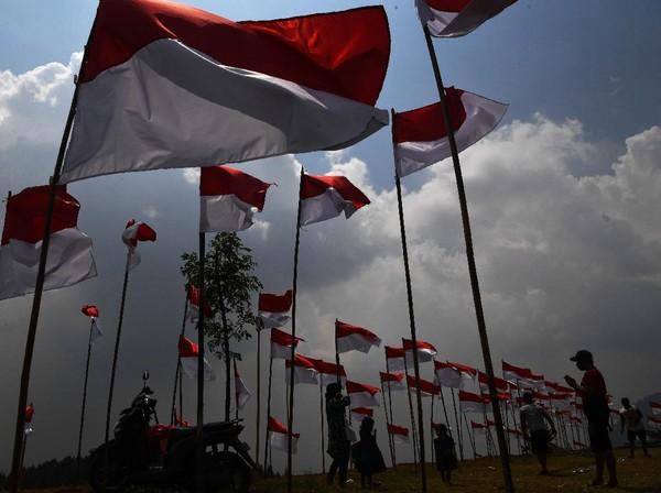 Pengunjung berfoto di antara bendera Merah Putih yang dipasang di Poetoek Suko, Trawas, Mojokerto, Jawa Timur, Minggu (16/8/2020).
