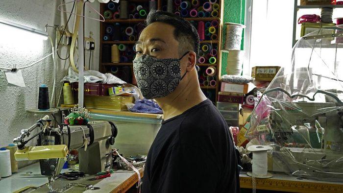 Pandemi COVID-19 membuat pria di Hong Kong ini terinspirasi membuat masker berbentuk unik. Masker itu dibuat dari benda-benda tak biasa seperti kamera CCTV.