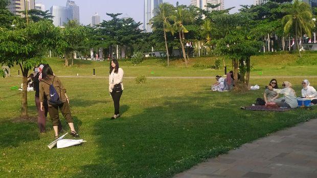 Warga piknik di Hutan Kota GBK