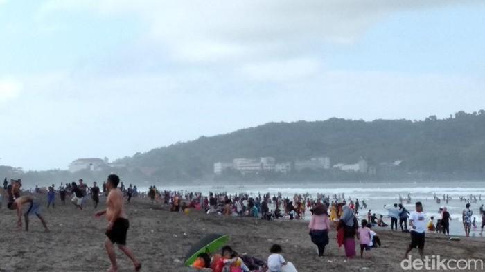 Wisatawan padati Pantai Pangandaran.
