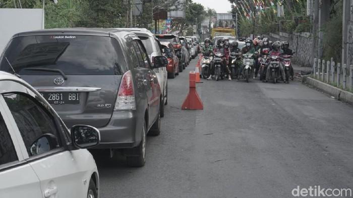 Libur tujuh belasan dimaanfaatkan warga untuk beraktivitas di sejumlah tempat wisata di lembang, Jawa Barat. Volume kendaraan yang padat membuat lalin macet.