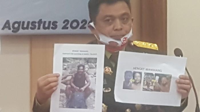 Aparat memampangkan gambar Hengky Wanmang, pimpinan OPM Timika. (Wilpret Siagian/detikcom)