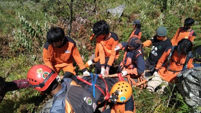 Basarnas evakuasi pendaki Gunung Bawakaraeng yang meninggal dunia (Dok. Istimewa)