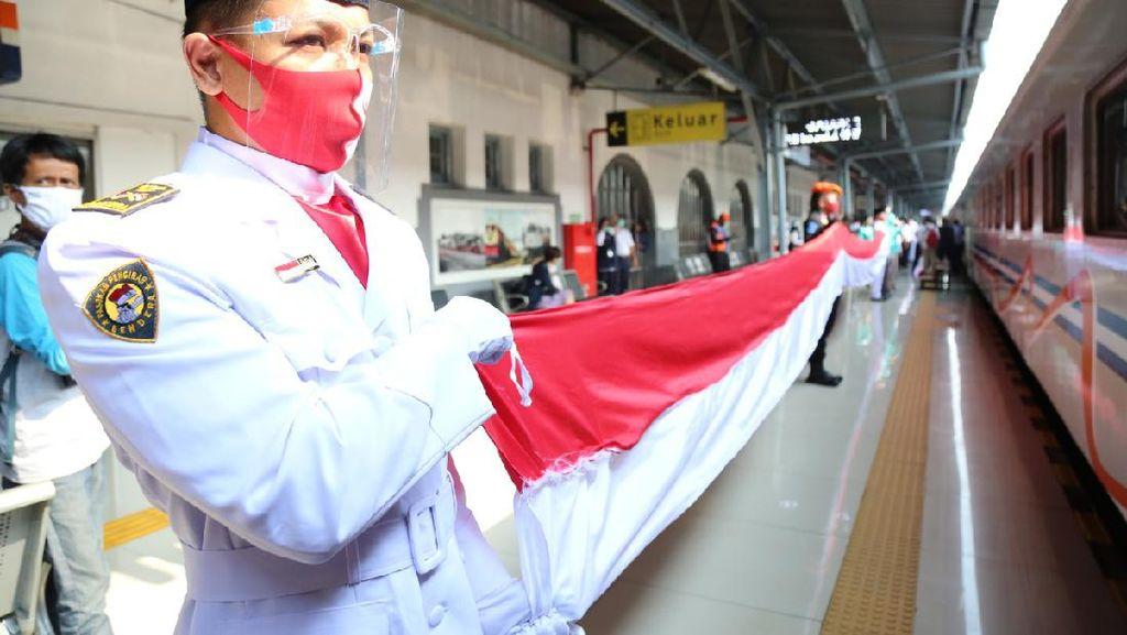 Bendera Merah Putih Sepanjang 17 Meter Mejeng di Gerbong