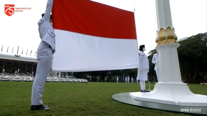 Detik-detik Pengibaran Bendera Merah Putih di Istana
