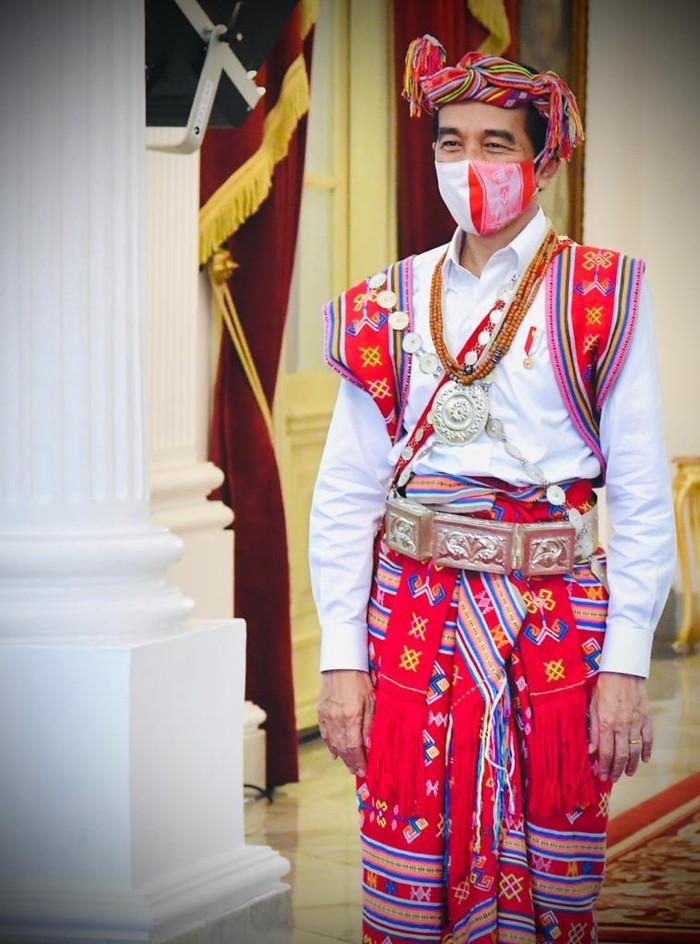 Presiden Joko Widodo (Jokowi) mengenakan pakaian adat Timor Tengah Selatan, Nusa Tenggara Timur saat menghadiri upacara detik-detik proklamasi kemerdekaan RI ke-75, di Istana Merdeka, kompleks Istana Kepresidenan, Jakarta, Senin (17/8/2020)