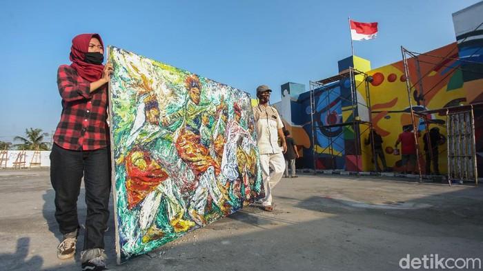 Sejumlah seniman melukis mural di Pasar Seni Gembrong, Jakarta. Penasaran seperti apa karya yang mereka pamerkan?