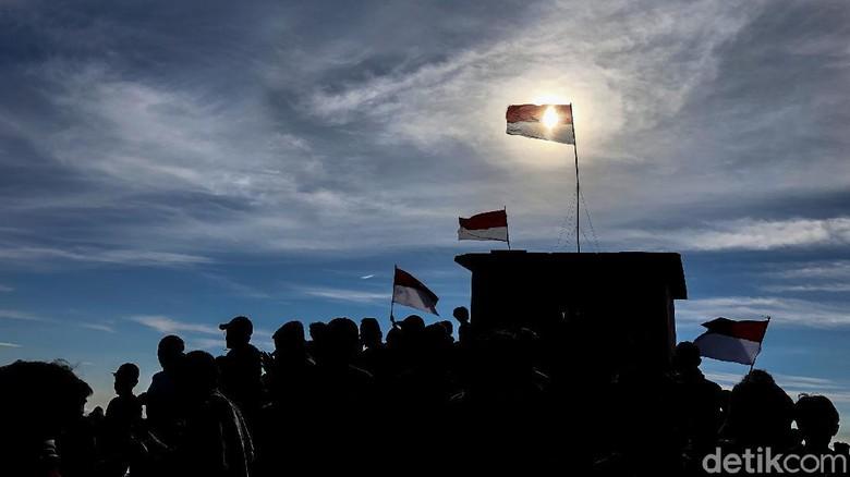 Sempat ditutup imbas pandemi Corona, sejumlah gunung kembali dibuka. Salah satunya Gunung Cikuray, Garut, Jawa Barat.
