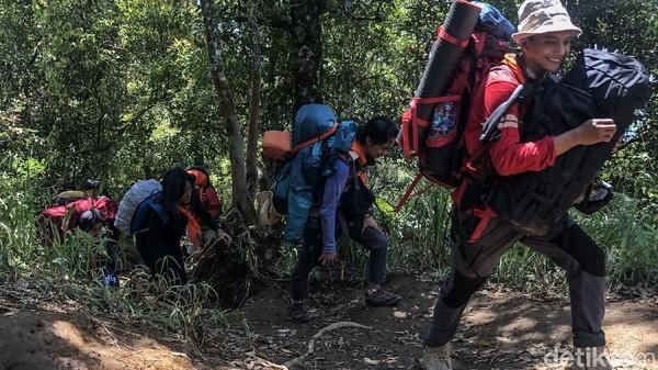 Gunung Cikuray tercatat sebagai gunung tertinggi keempat di daerah Jawa Barat setelah gunung Gede, Pangrango dan Ceremai.